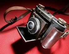 צילום אווירה של אלעד סולמי מתוך קורס צילום סטודיו, מצלמה על רקע אדום