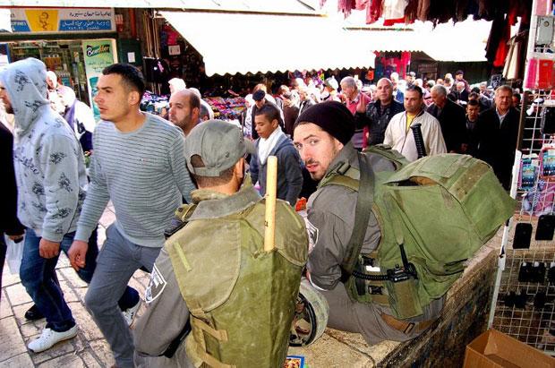 צילום של חיילים בעיר העתיקה בירושלים