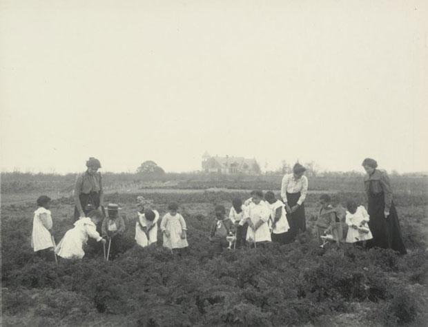 מאמר על הצלמת פרנסיס מרגרט ג'ונסטון צילום של גן ילדים