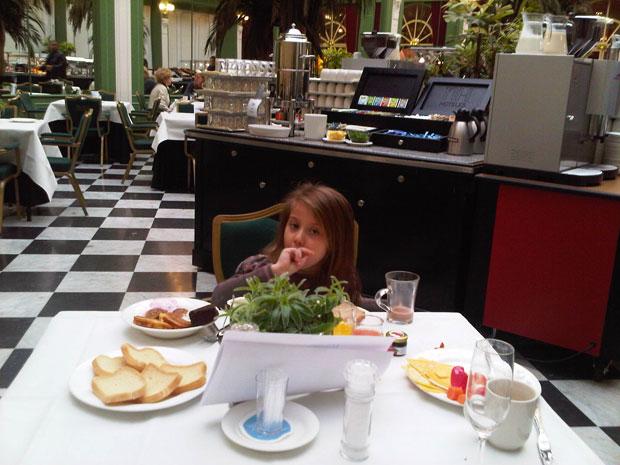 ילדה בבית קפה באמסטרדם
