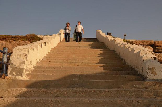 אנשים יורדים-במדרגות-צילום-למטה