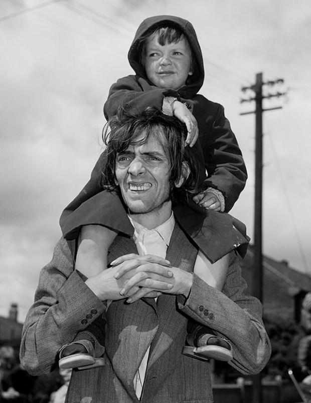 כריס-קיליפ,-אב-ובן-צופים-במצעד,-ניוקאסל,-1980