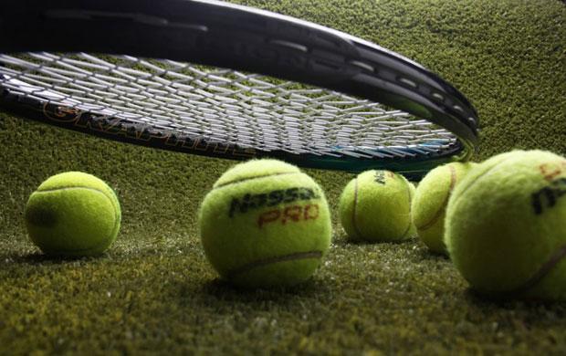 צילום סטודיו של עדי שאנס, מטקת טניס , כדורים, דשא מלאכותי