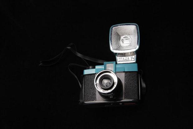 מצלמה-על-רקע-שחור - בד קטיפה, צילום - איתמר לוי