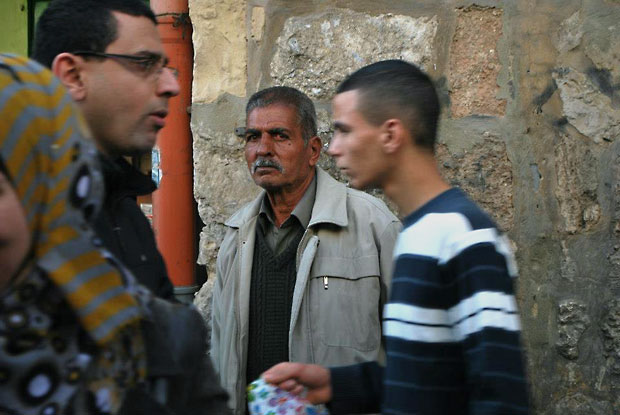 אנשים בסמטה בעיר העתיקה, צילום עינת דניאל