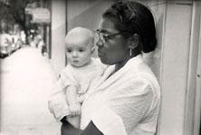 משרתת שחורה מחזיקה ילד לבן עם מבט של אדון.