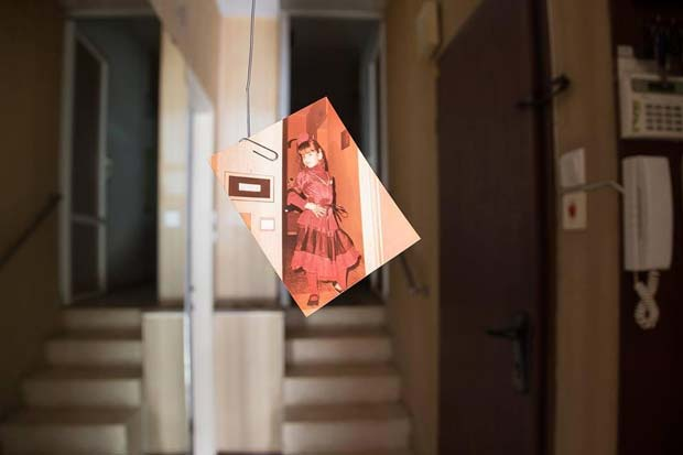 תמונה-של-ילדה-מחושפת-תלויה-על-אטב-משרדי-מיה-אלרון-קורס-השפה-הצילומית