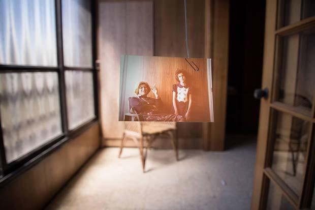 תמונה-של-אמא-ובת-תלויה-על-אטב-משרדי-מיה-אלרון-קורס-השפה-הצילומית