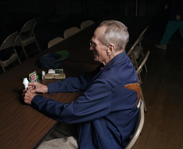 אנדרו מיקסיס איש מבוגר משחק בינגו