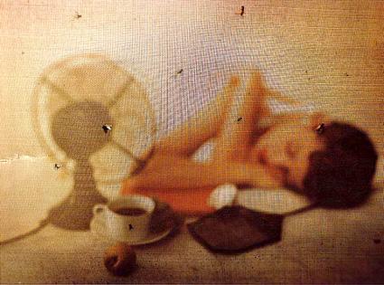 אישה שוכבת ומאוורר