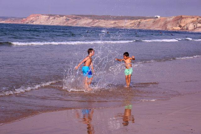 תמונה של ילדים משחקים בים מתוך קורס צילום