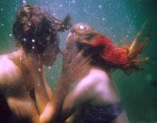 תמונה של ילדים מתנשקים מתחת למים צילום: אוליביה בי