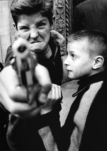 צילום של וילייאם קליין, ילד מכוון אקדח לצלם
