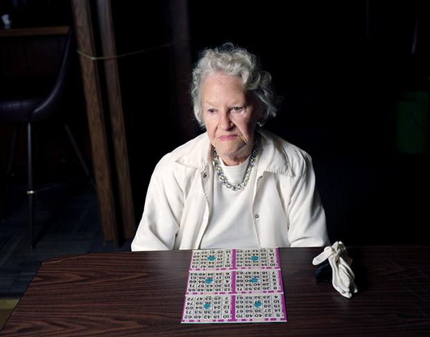 אישה מבוגרת משחקת בינגו צילום אנדרו מיקסיס