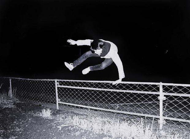 נער קופץ