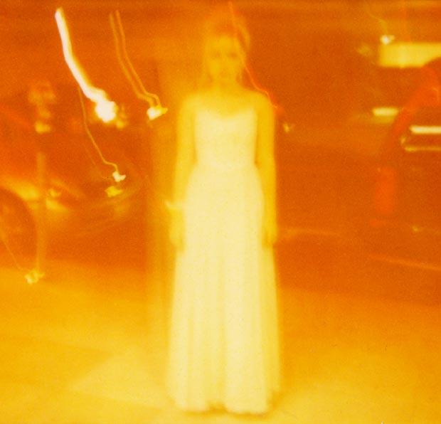 נערה בצהוב