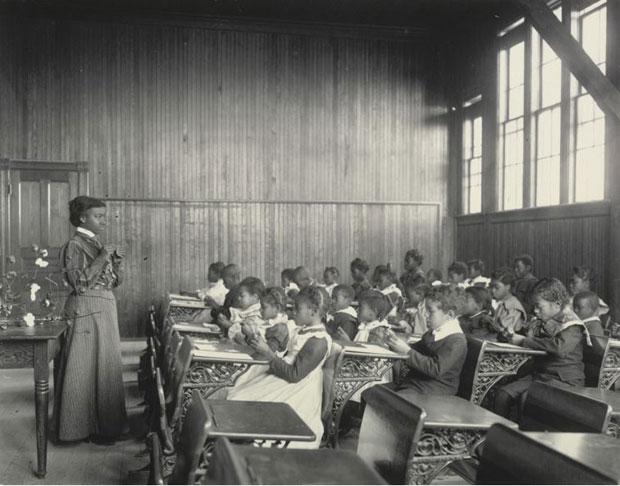 צילום של מרגרט פרנסיס ג'ונסטון צילום של שיעור תפירה