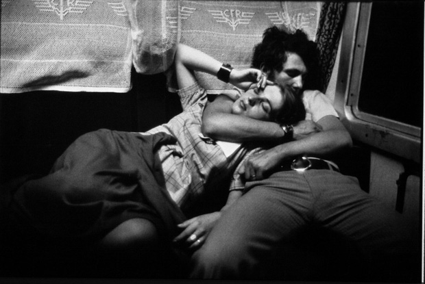 זוג מחובק ברכבת