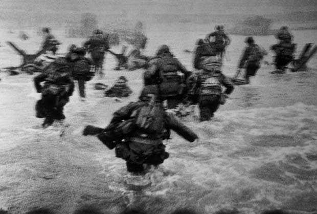 FRANCE.-Normandy.-June-6th,-1944.-US-troops-assault-Omaha-Beach-during-the-D-Day-landings.