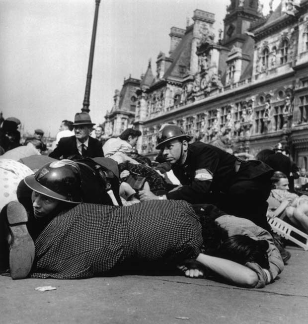 FRANCE.-Paris.-August-26th,-1944.-Crowd-on-the-pavement-after-snipers-in-buildings-overlooking-the-Place-de-l'Hotel-de-Ville-opened-fire-on-the-celebrations-after-the-liberation.