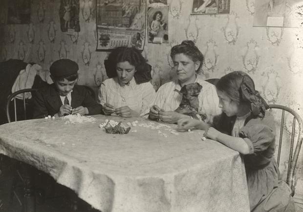 צילום של לואיס היין של משפחה ענייה בבית בניו יורק