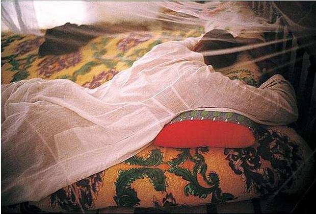 נאן גולדין, Jabalowe under his Mosquito Net, Barat, Luxor, Egypt, 2003