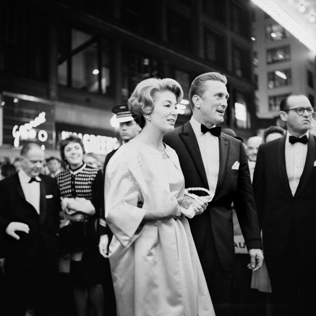 Kirk-Douglas-at-the-premiere-of-the-movie-Spartacus-in-Chicago,-IL.-October-13,-1960-ויויאן-מאייר