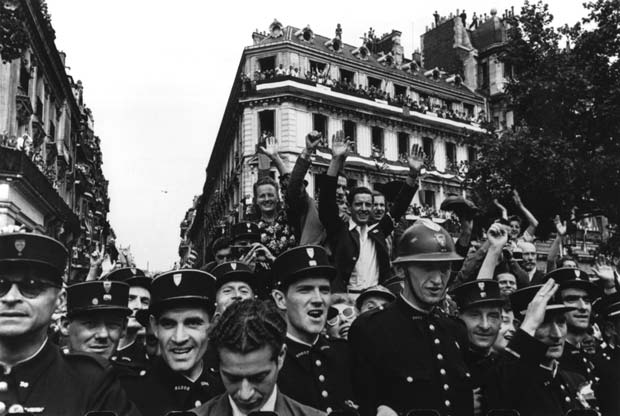 Paris.-Crowds-fill-up-the-Champs-Elysees-on-the-26th-August-1944-to-celebrate-the-liberation-of-Paris