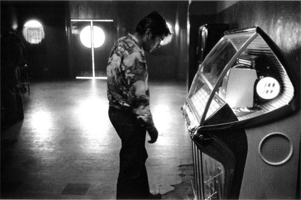 צילום: רוברט פרנק, בחור משחק במכונת הימורים