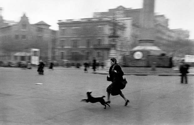 SPAIN.-Barcelona.-January-1939.-Running-for-shelter-during-the-air-raid-alarm