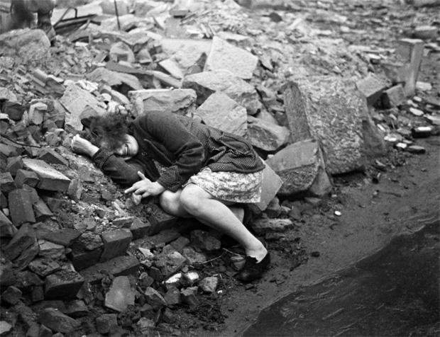 אישה שוכבת בין הריסות של מלחמה