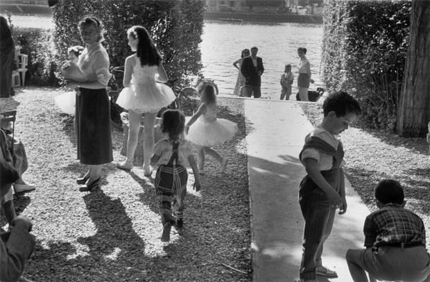 ילדים משחקים, ילדה רוקדת