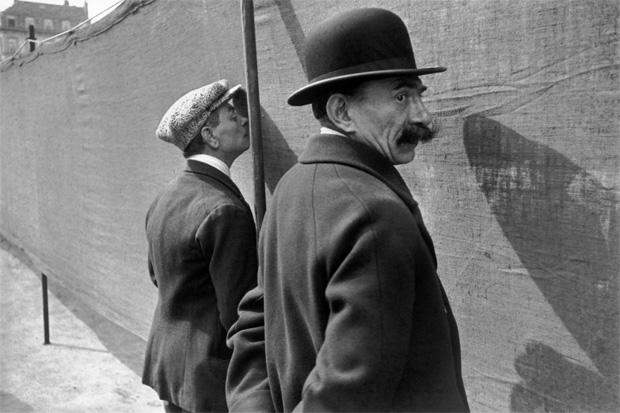 גברים משתינים ליד חומה