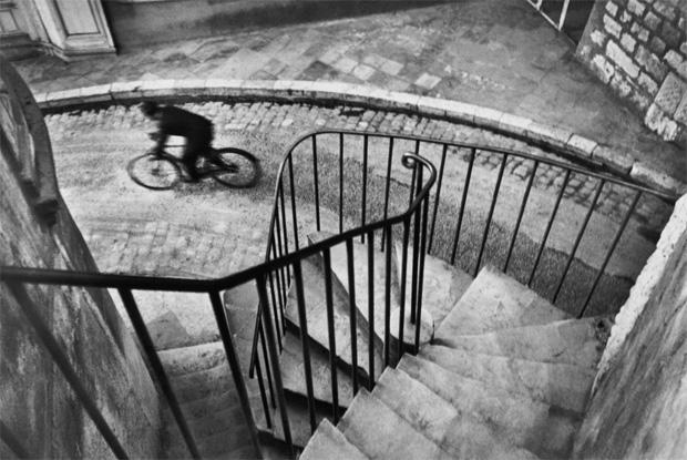 איש רוכה על אופניים