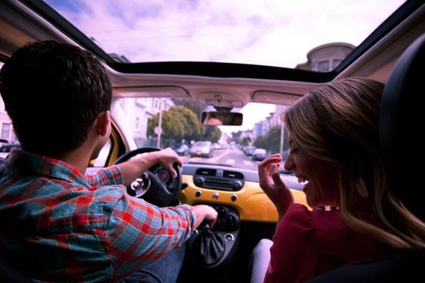נער ונערה נוסעים במכונית