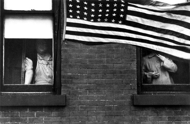 """צילום: רוברט פרנק, the americans, דגל ארה""""ב מכסה חלונות"""