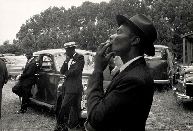 צילום: רוברט פרנק, גברים שחורים בהלווייה , דרום קרוליינה